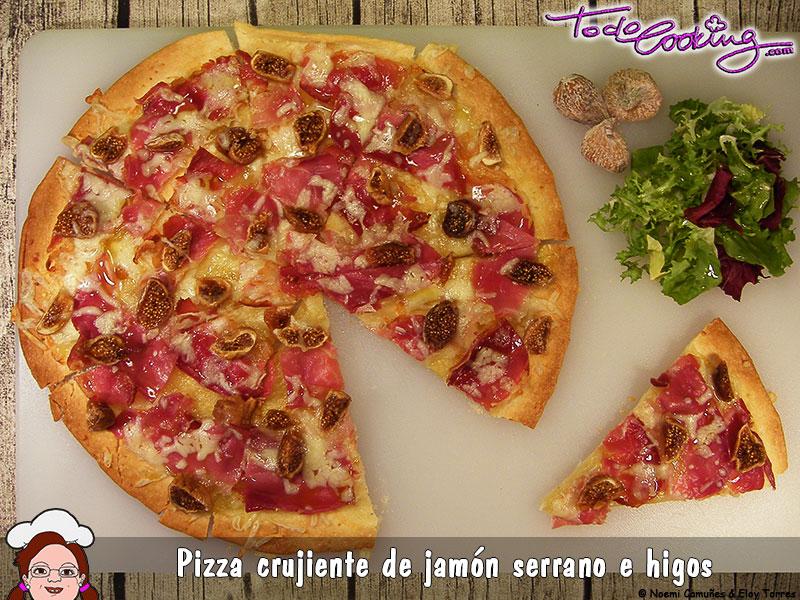 Pizza crujiente de jamón e higos