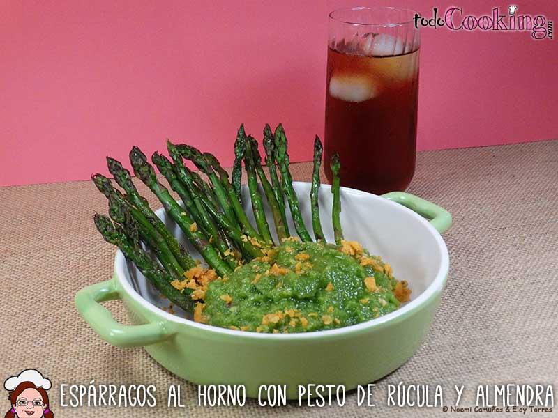 Espárragos verdes al horno con pesto de rúcula