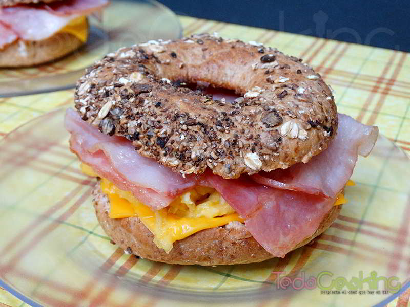 Bagel de tortilla bacon cheddar