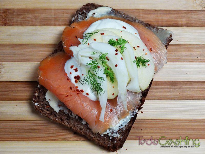 Pan de centeno con salmón, manzana e hinojo